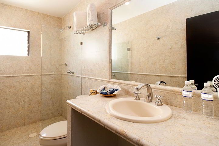 HOTEL CASA DIVINA - Large bathrooms with toiletries provided